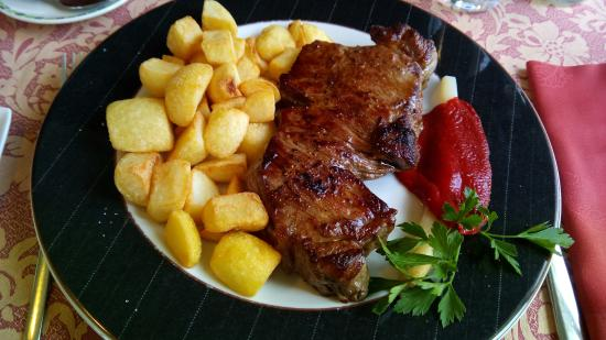 Soto de Luina, Spanje: Entrecot de Ternera Asturiana con salsa ligera de cabrales y patata. La salsa estaba aparte..