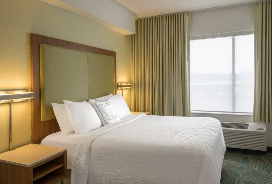 SpringHill Suites Charlotte Airport: King Suite Bedroom