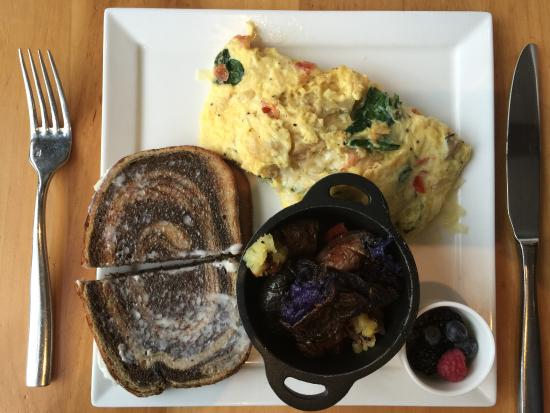 Hanover, Нью-Гэмпшир: Vegetable omelet with Vermont Cheddar cheese, try colored potatoes, fresh berries and toast