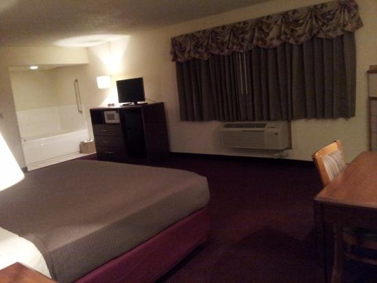 AmericInn Hotel & Suites Iowa Falls : King suite with whirlpool and fireplace.