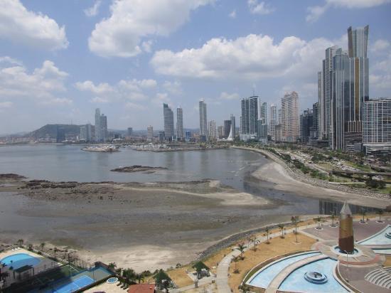 Plaza Paitilla Inn: 14th floor view at low tide