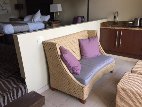 Hilton San Diego Resort & Spa: step down into a sitting area, although not very comfortable and certainly no view to look at