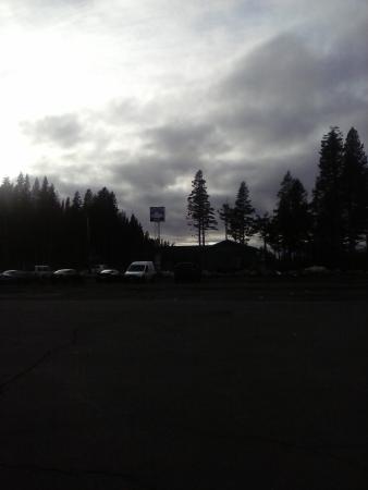 Soda Springs, Kalifornia: Estacion de servicio al lado del bar