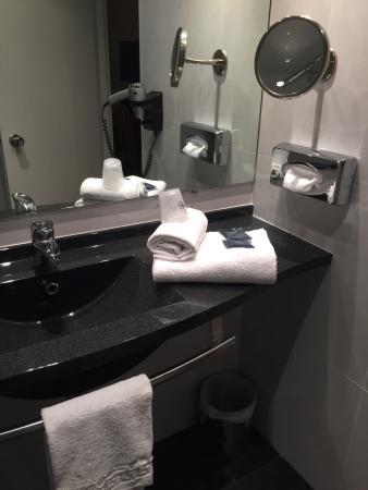 Salle de bain et sanitaire impeccable - Photo de Hôtel Escale ...