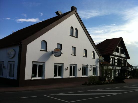 Hotel Lingemann: The initial view from the road