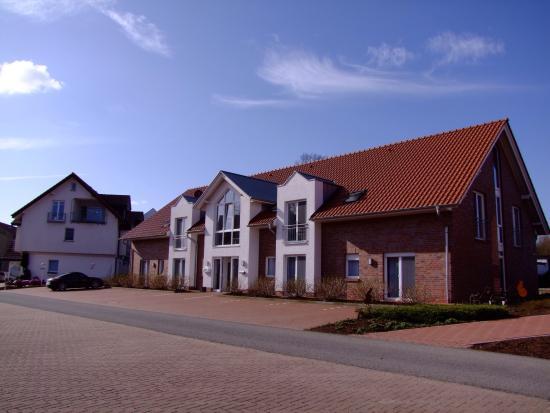 Hotel Lingemann: Ample parking outside accommodation block