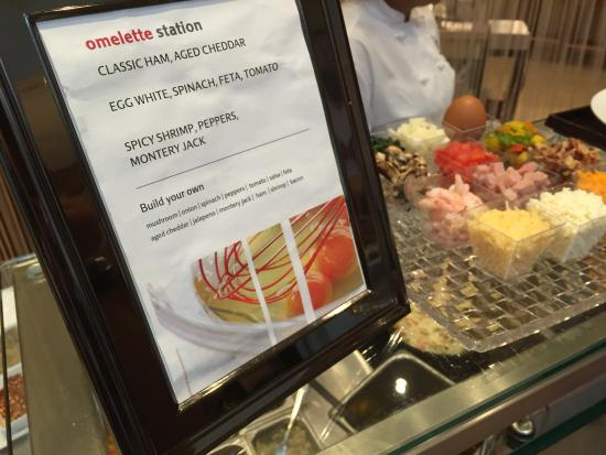 Toronto Marriott Downtown Eaton Centre Hotel: Omelette Station at Breakfast Buffet