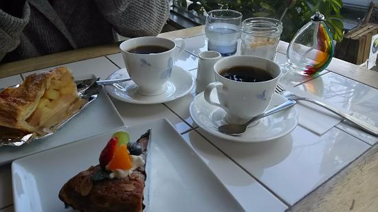 ajisai cafe : アップルパイとアーモンドケーキ