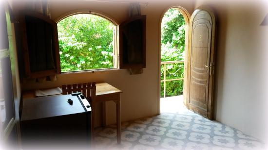 Desert Paradise Lodge: Einblick in ein Zimmer, Tür geht zum GArten/Poolbereich