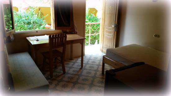 Wohnzimmer mit Tisch, Couch, Bett und Kühlschrank, Blick ebenso zum ...