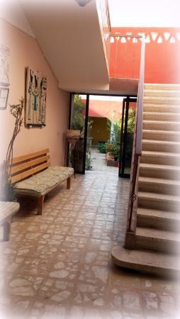 Desert Paradise Lodge: REzeptionsbereich und Treppenaufgang zu den Suiten und zum Dach