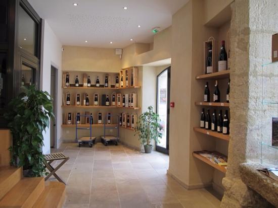 Provenza, Francia: 年代別の棚にジゴンダスのワインが陳列