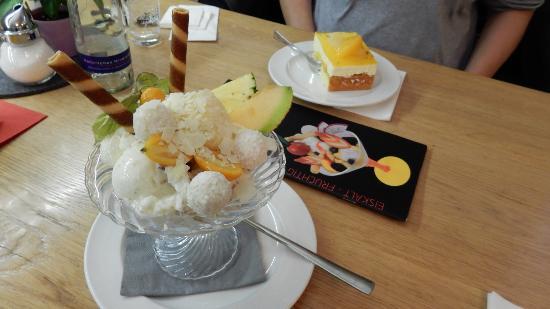 Neuried, Alemania: Das Eis kann man direkt aus der anliegenden Eisdiele bestellen.