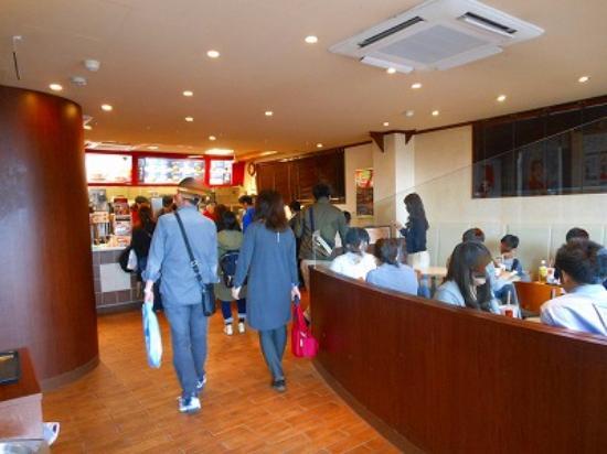McDonald's Hankyu Shukugawa Station : 花見客で店内は混雑してました