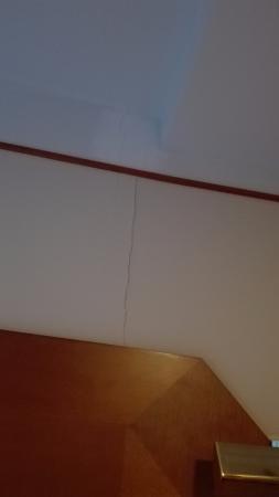 Scandic Marski: grossa crepa sul muro dietro al letto.