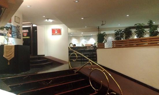Tai-Pan Hotel: Холл гостиницы. Удобно везти чемоданы