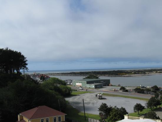 Bandon Inn: Ocean in distance
