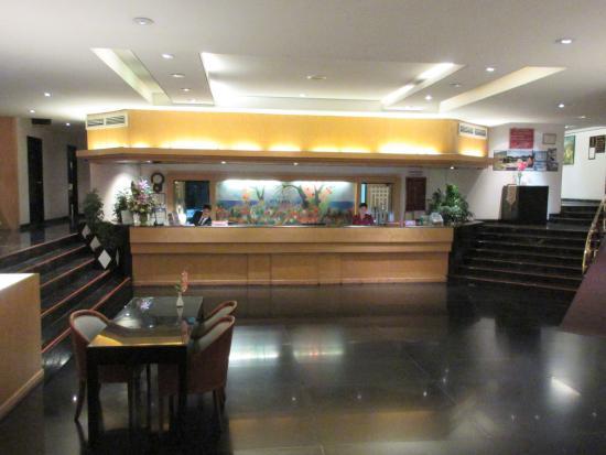 Tai-Pan Hotel: reception desk