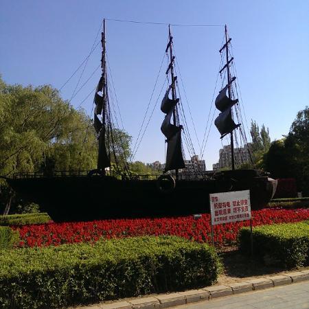 Yingkou Lengyan Temple: A model of a historic ship.
