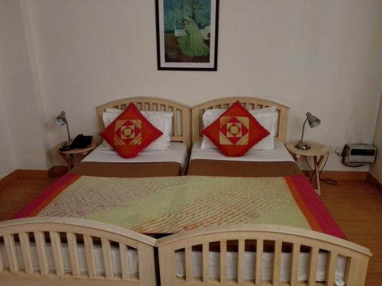 Colonel's Retreat At The Airport: Brightly coloured bedroom