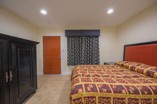 El Rancho Hotel : King Size Bed room