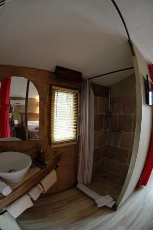 waschbecken mit dusche durch vorhang vom zimmer abtrennbar picture of b b villa praesidio. Black Bedroom Furniture Sets. Home Design Ideas