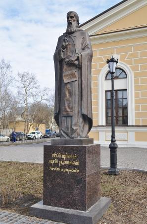 Pushkinsky District, Russia: Памятник Сергию Радонежскому около храма.