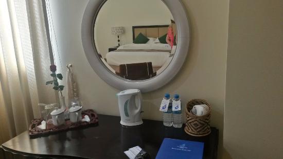 Mawlamyaing Strand Hotel : lo scrittoio con lo specchio, molto gradito da mia moglie la rosa nel vaso.