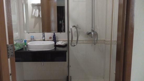Mawlamyaing Strand Hotel : Il bagno, essenziale, pulito, elegante.