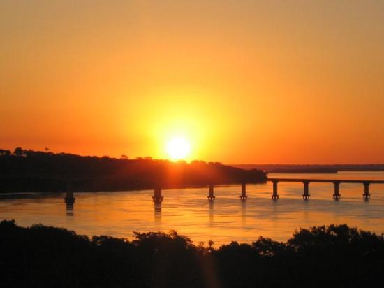 O por do sol mais do bonito do estado acontece no rio Paraná e no Pq. Nac. de Ilha Grande