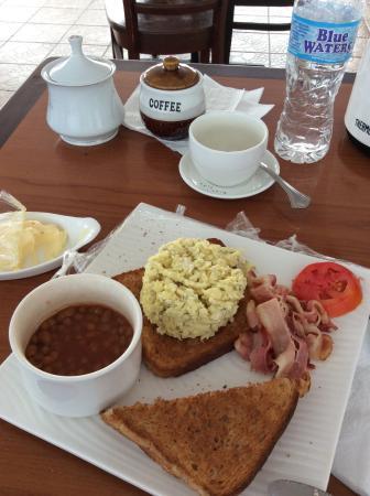 Casa Grande Airport Hotel: Breakfast by the poolside