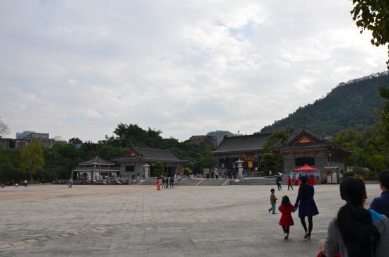 Gaobang Mountain: Shops at the base of Gaobang Shan Mountain