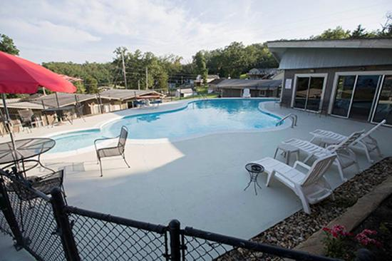 Gravois Mills, MO: Indoor/Outdoor Pool