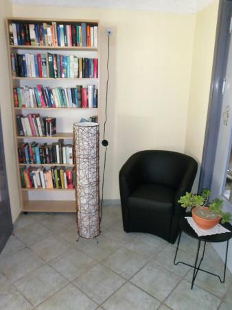 Hotel Neos Matala : Bibliothek