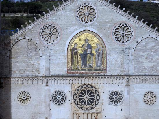 Spoleto, Italy: la cornice dei cinque rosoni intorno al mosaico