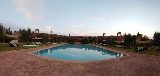 Les Jardins de Zyriab Resort & Spa: Vue de la piscine et de l'hotel