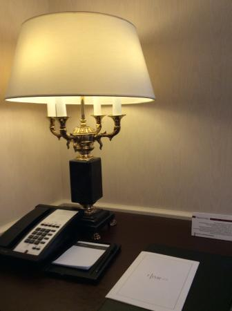 Fairmont Grand Hotel Kyiv: Personal desk