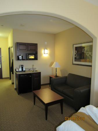 Holiday Inn Express Hotel & Suites Guymon: couch/kitchenette