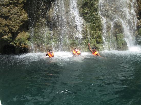 Giddy's Place PADI Dive Resort: Waterfalls on Island Hopping Tour