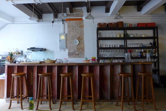 Wayfarer Guest House: Bar Counter