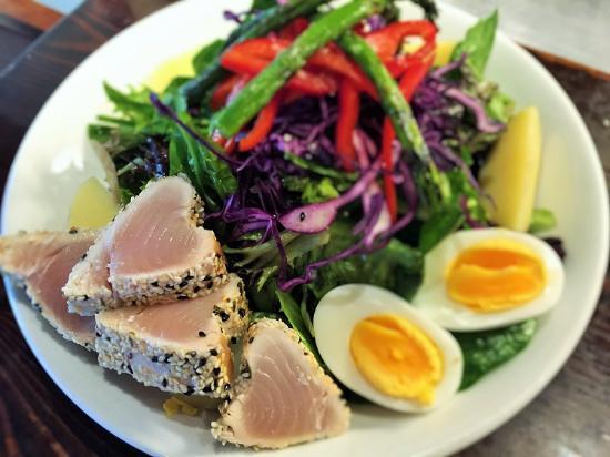 Pemberton, Kanada: Our Mile One Greens with Albacore Tuna!