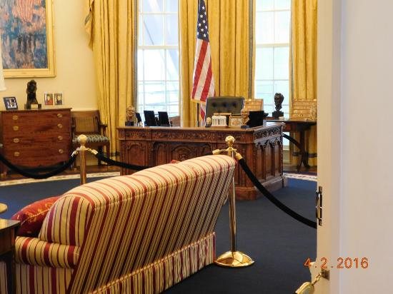 William J. Clinton Presidential Library: The Oval Office