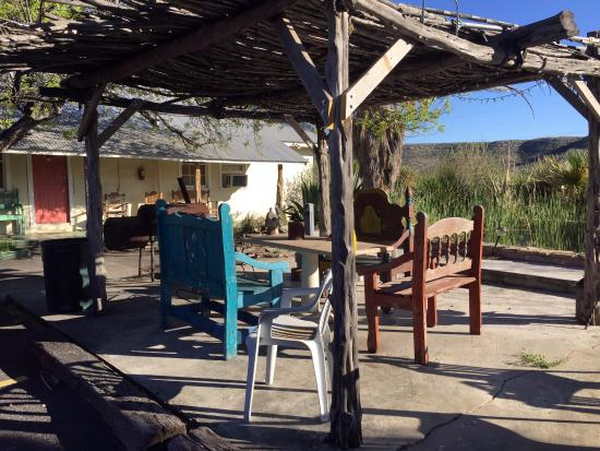 Outback Oasis Motel: Enjoy an outdoor meal or a quiet space out of the sun to gather. The mountain views are wonderfu