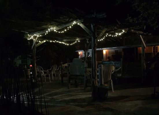 Outback Oasis Motel: The grounds are softly lit in this safe and quaint family run motel. Relax and enjoy!