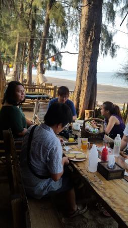 Long Beach Chalet: Breakfast on a beach