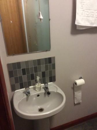 Nags Head Hotel: Bathroom