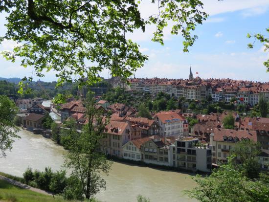 Wege zu Klee : Вид на город с зеленого холма.