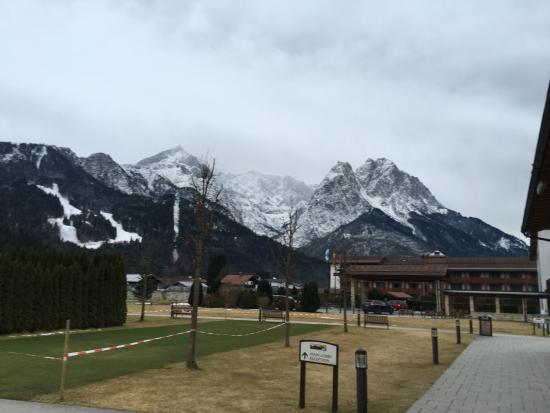 Edelweiss Lodge and Resort: VIew from the parking lot of entrance to hotel and mountain behind