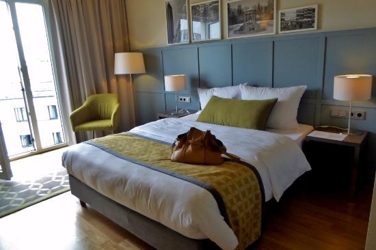Citadines City Centre Frankfurt Großes Zimmer mit komfortabelem Bett
