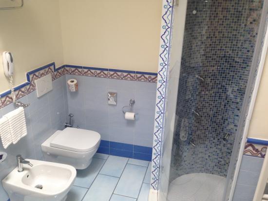 Suite Poseidon Bagno doccia - Picture of Sorriso Thermae Resort & Spa ...